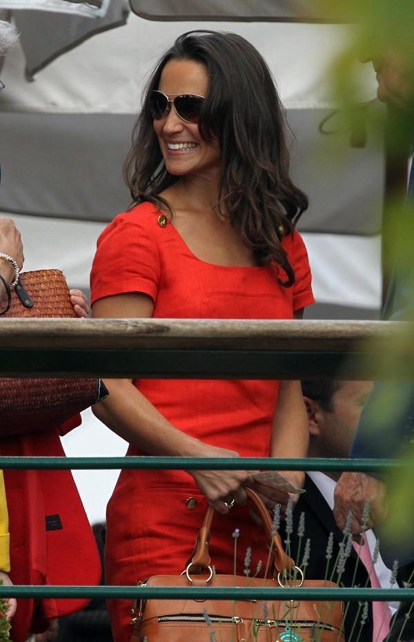 Toujours aussi jolie dans sa robe rouge !