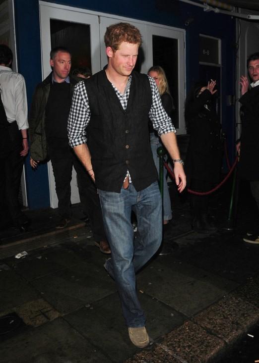 Le Prince Harry à la sortie d'un club de Londres le 16 mars 2013