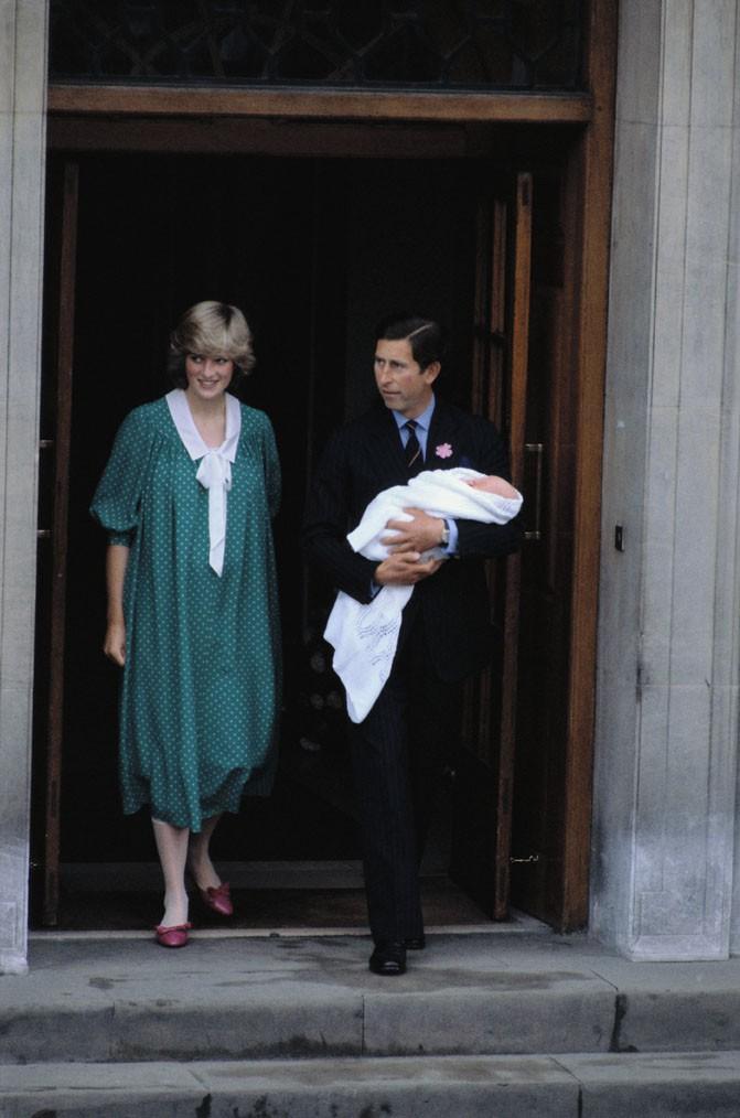 La Princesse Diana et le Prince Charles présentent officiellement leur premier enfant, William