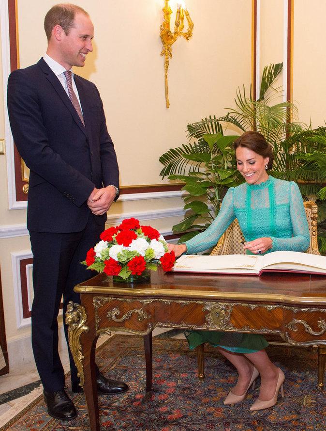 Photos : Prince William : la poignée de main qui fait mal !