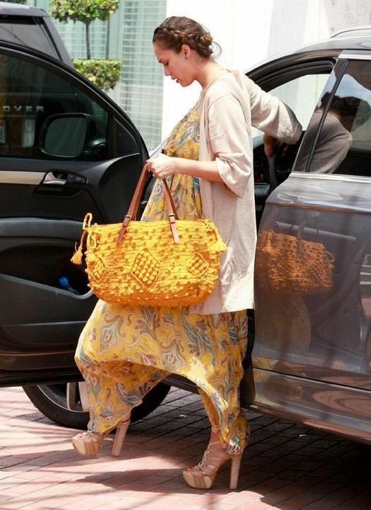 Jessica Alba en plein shopping à Beverly Hills, le 7 juillet 2011.
