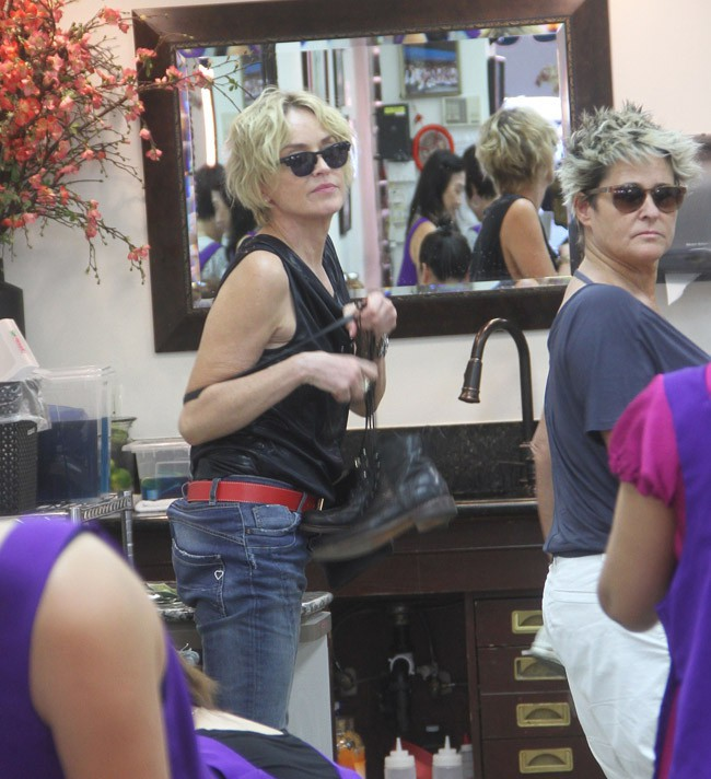 Sharon Stone dans un salon de beauté de Beverly Hills le 20 juillet 2015