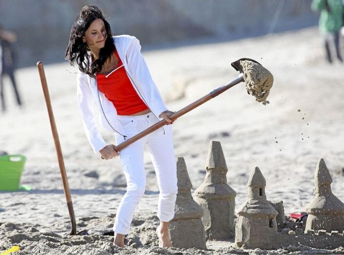 Courteney Cox est une vraie gosse à la plage !