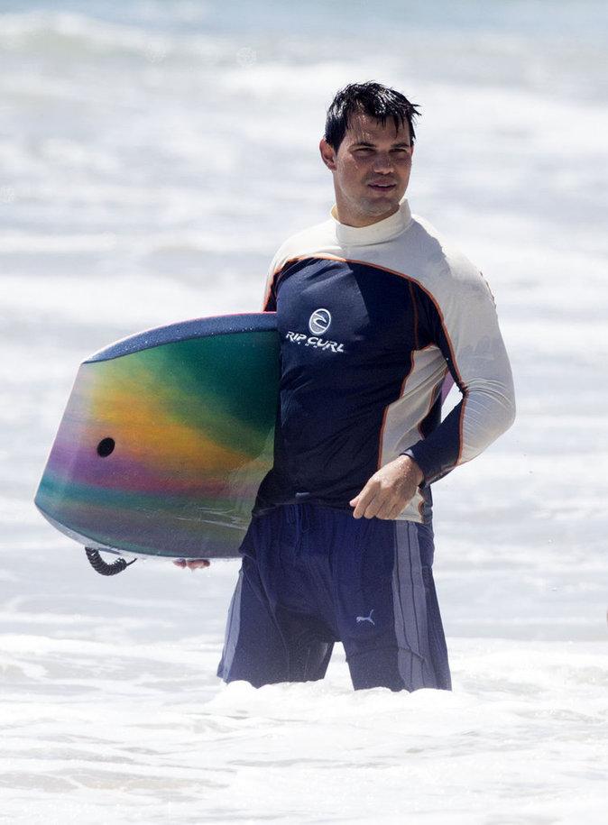 Taylor Lautner à la plage ce lundi 8 août 2016