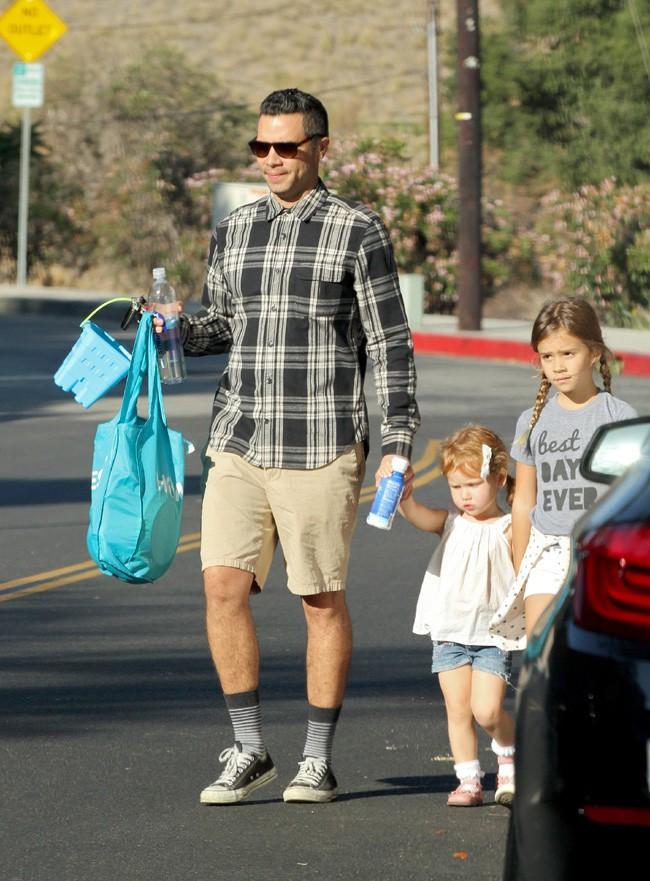 Cash Warren à Beverly Hills avec ses deux filles le 29 novembre 2014