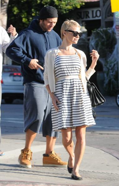 Pamela Anderson affiche son nouveau look dans les rues de Los Angeles, le 30 octobre 2013.