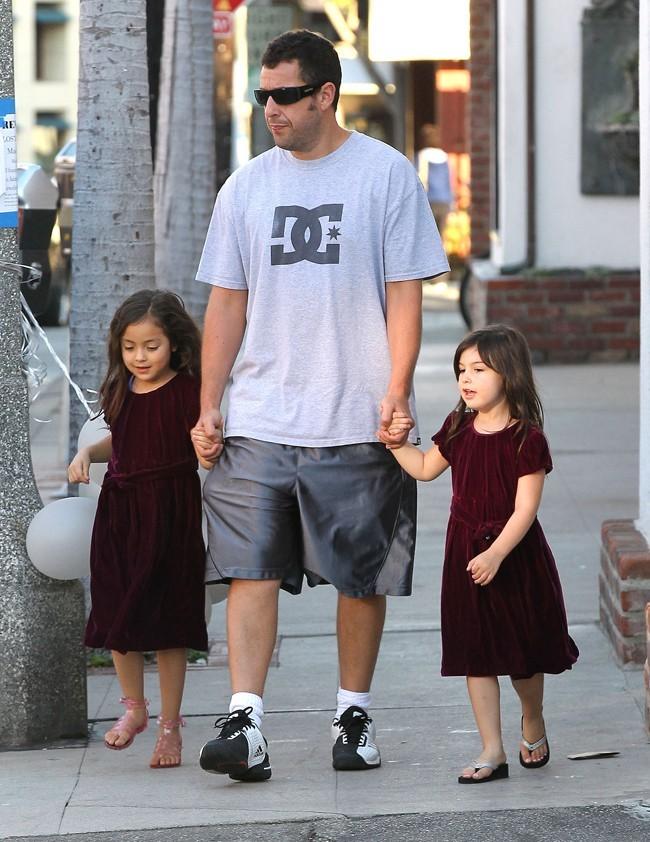 Adam Sandler et ses filles le 14 octobre 2012 à Brentwood