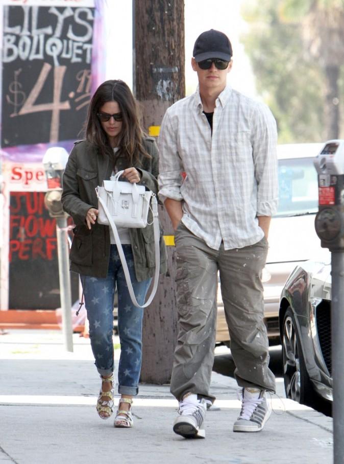 Elle marche derrière lui !