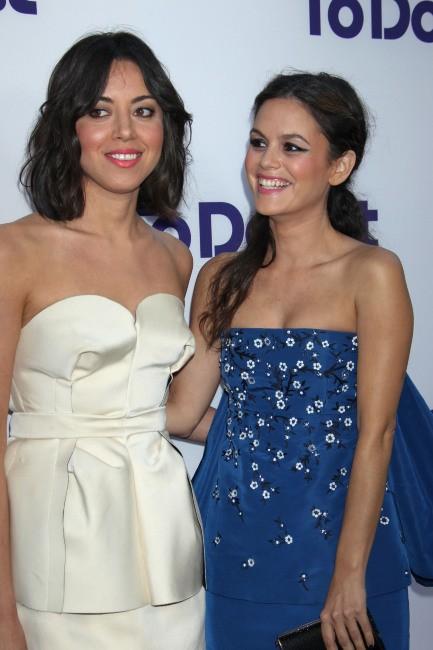 """Aubrey Plaza et Rachel Bilson lors de la première de son nouveau film """"The To Do List"""" à Westwood, le 23 juillet 2013."""
