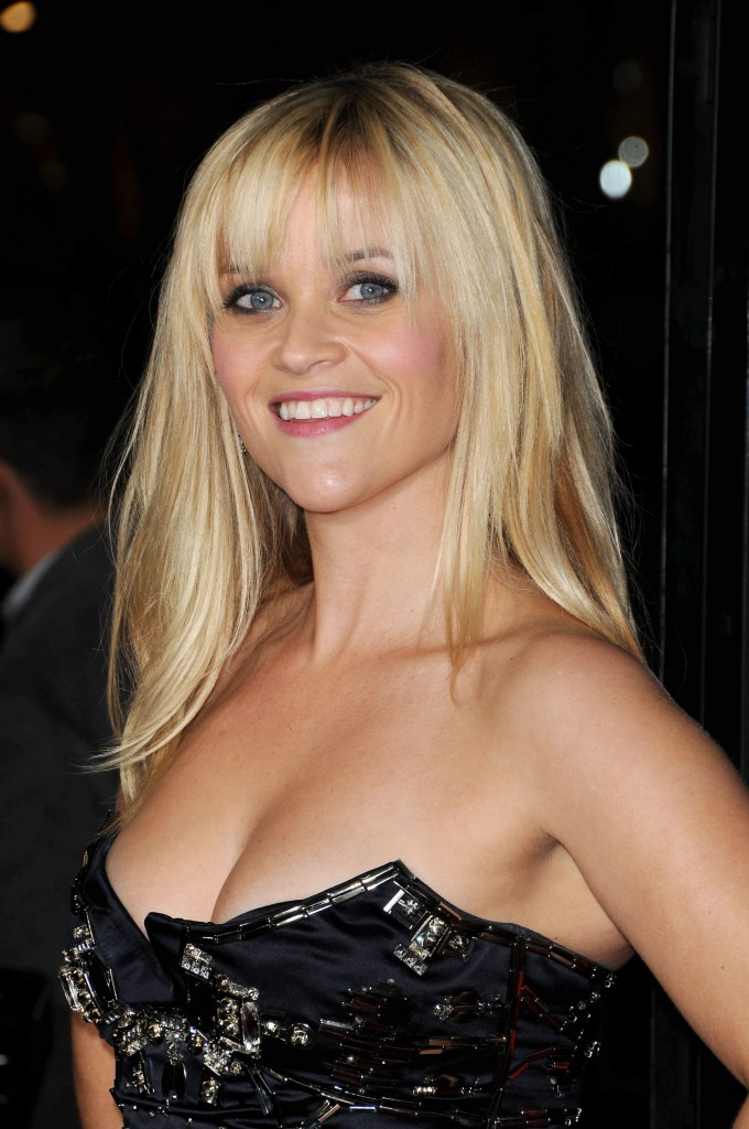 http://cdn1-public.ladmedia.fr/var/public/storage/images/news/photos/photos-reese-witherspoon-corset-et-decollete-ravageur-pour-la-premiere-de-son-nouveau-film-this-means-war-191949/reese-witherspoon-lors-de-la-premiere-du-film-this-means-war-a-hollywood-le-8-fevrier-2012-191953/1665097-1-fre-FR/Reese-Witherspoon-lors-de-la-premiere-du-film-This-Means-War-a-Hollywood-le-8-fevrier-2012_reference.jpg