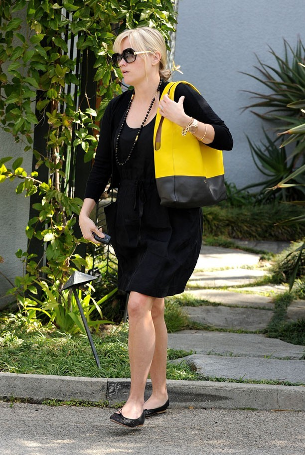 Reese Witherspoon cache bien un ventre rond sous sa robe !