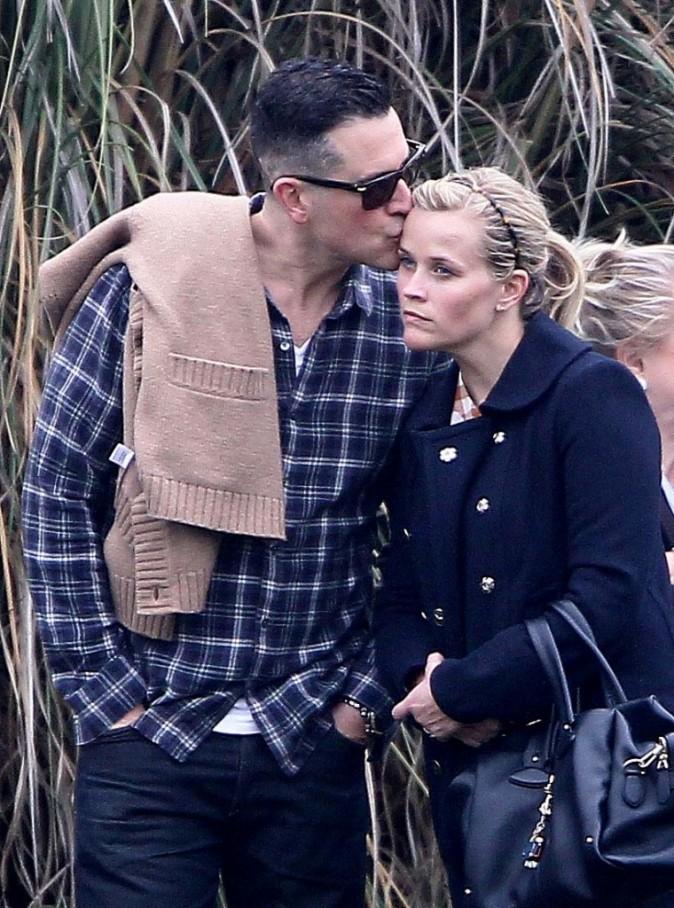Reese Witherspoon et son mari, Jim Toth, rencontre son ex, Ryan Phillippe, au match de foot de leur fils