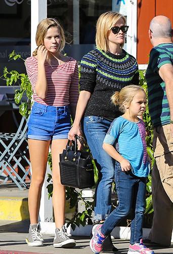 Reese Witherspoon en famille à Los Angeles le 27 novembre 2013