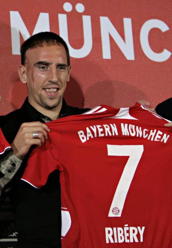 Franck Ribéry pose fièrement avec son maillot du Bayern de Munich en 2007
