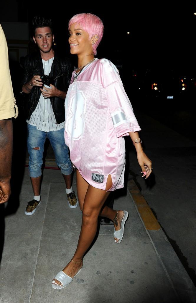 """Photos : Rihanna : au coeur d'un nouveau scandale, elle ne perd pas la """"pink attitude"""" pour autant !"""