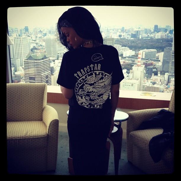 Rihanna à son départ du Japon
