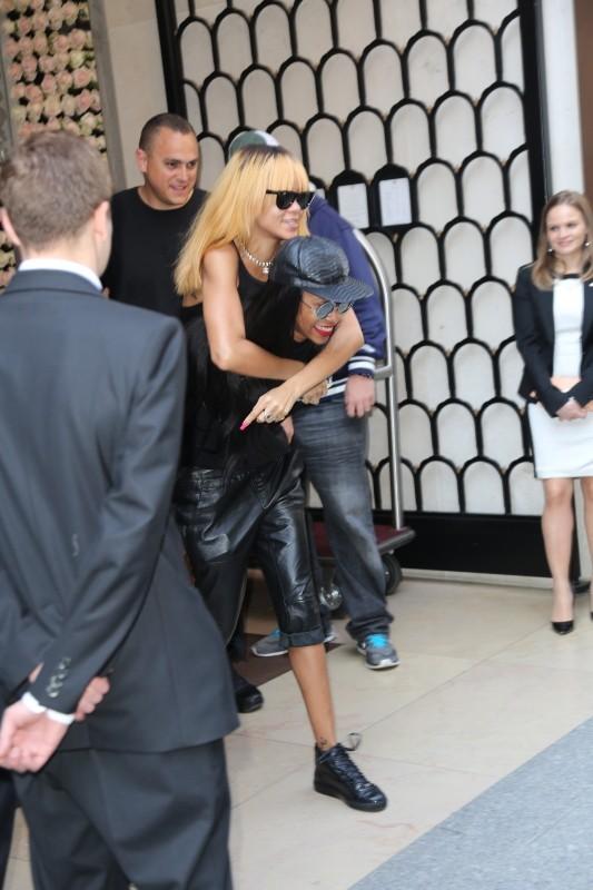 Rihanna et Melissa Forde à la sortie de l'hôtel Mandarin Oriental à Paris, le 5 juin 2013.