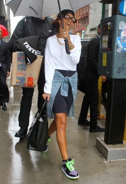 RiRi dégaine le parapluie à New York