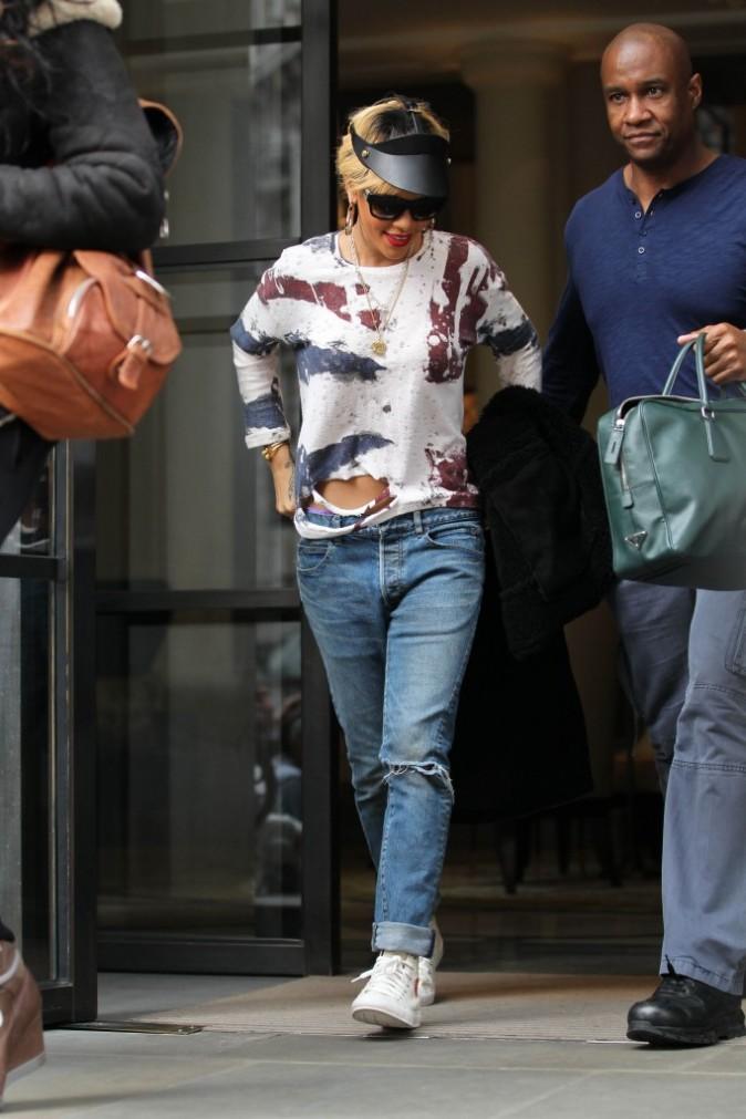 Rihanna sortant de son hôtel londonien, le 27 février 2012.