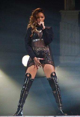 Photos : Rihanna : elle met le feu sur la scène de Detroit !