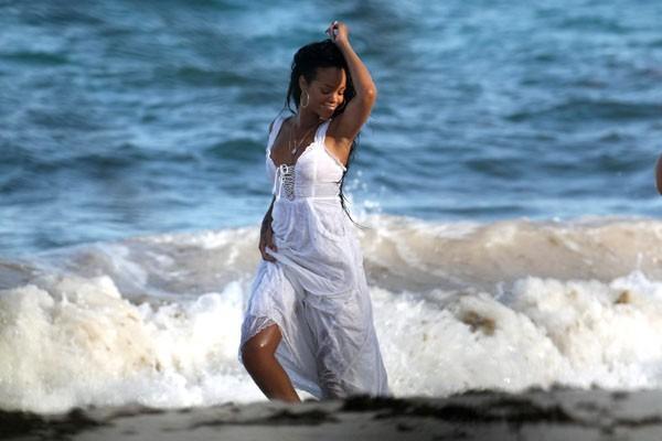 Rihanna en shooting à la Barbade le 10 août 2012