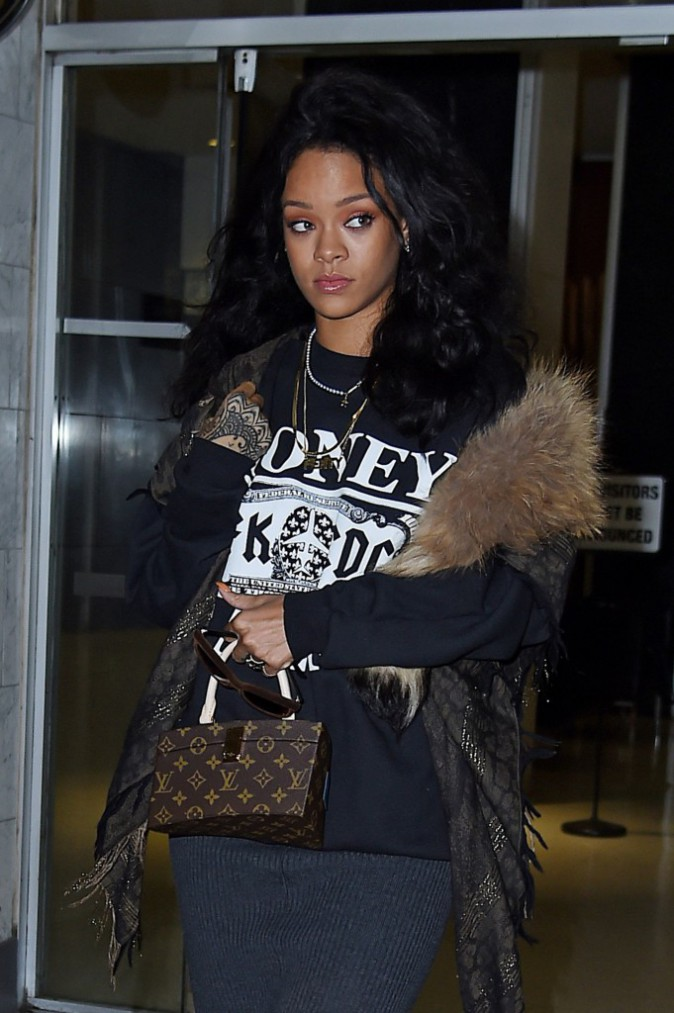 Photos : Rihanna : elle ne quitte plus sa grosse touffe de poils !