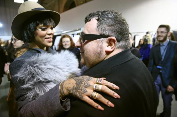 Rihanna et Alber Elbaz lors du défilé Lanvin à Paris, le 27 février 2014.