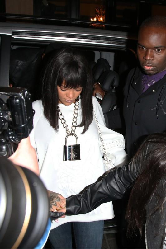 Rihanna arrive au Cirque le Soir Club à Londres, le 10 mars 2014.