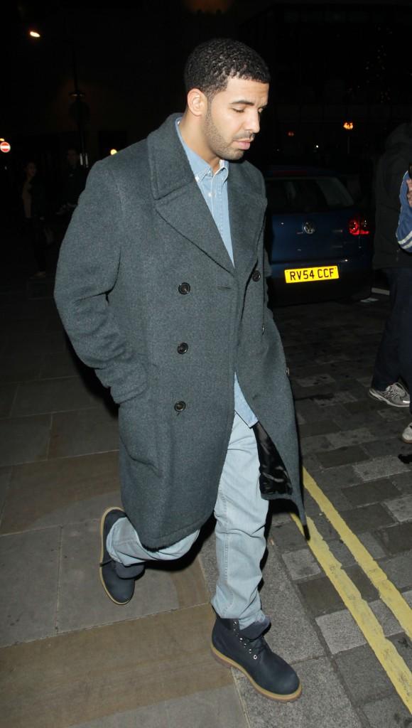 Drake à la sortie du restaurant Nobu à Londres, le 9 mars 2014.
