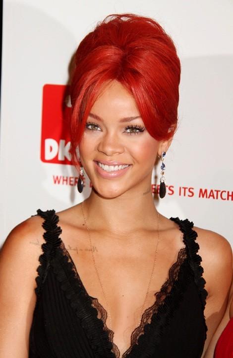 Ses cheveux rouges portés en chignon, c'est classe !