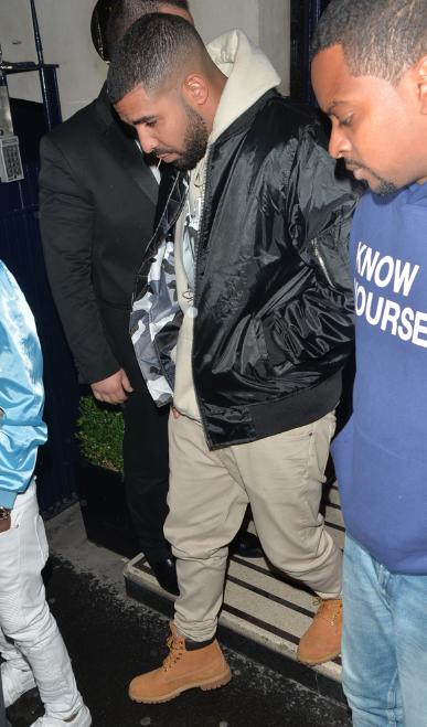 Photos : Rihanna : jamais sans Drake, elle a la tête dans les étoiles !
