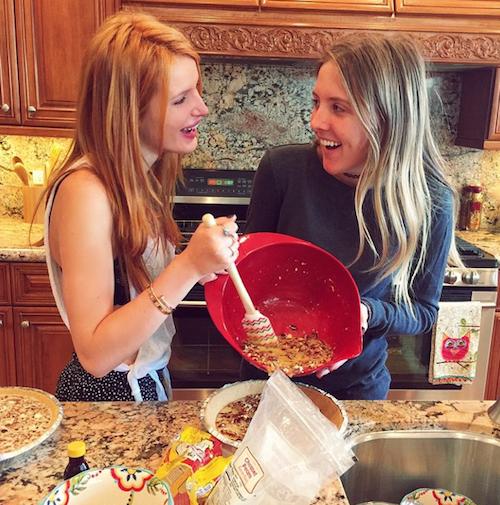 Thanksgiving 2014: Bella Thorne cuisine avec sa meilleure amie !
