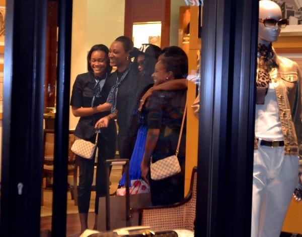 Rihanna faisant du shopping à la Barbade, le 12 juillet 2012.