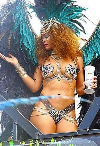Photos : Rihanna : plumes, strass et twerk endiablé en direct du carnaval de la Barbade !