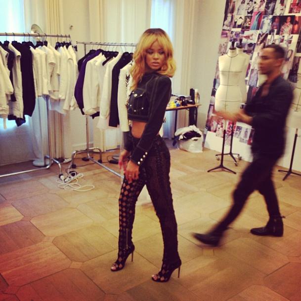 Rihanna prend la pose sous toutes les (hautes) coutures chez Balmain !