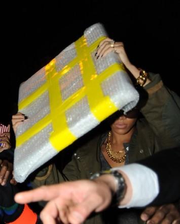"""Photos : Rihanna provoque une émeute Gare du Nord à Paris et s'énerve : """"Les Français sont fous p*****"""""""