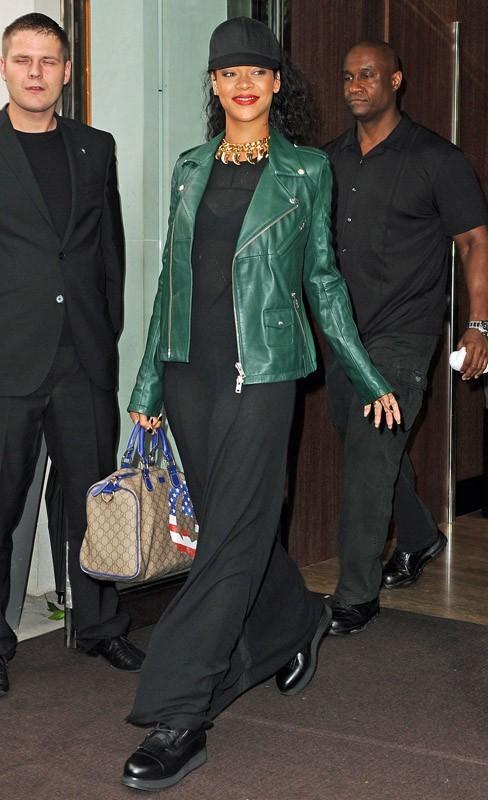 Rihanna sort de son hôtel à Londres