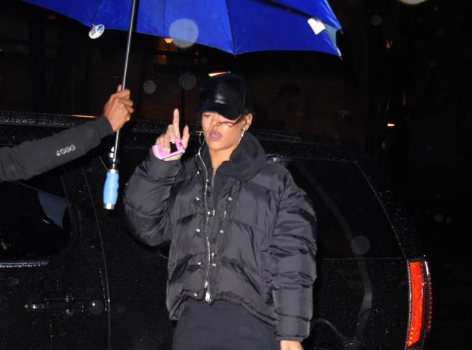 Rihanna : umbrella et bottes color�es pour affronter le mauvais temps new-yorkais !