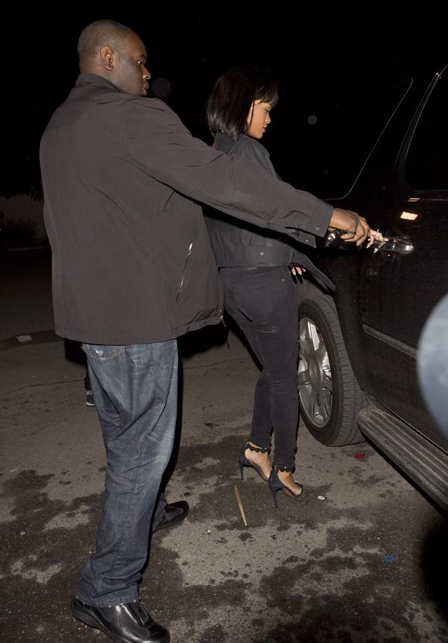 Rihanna à la sortie d'un club de West Hollywood le 7 février 2014