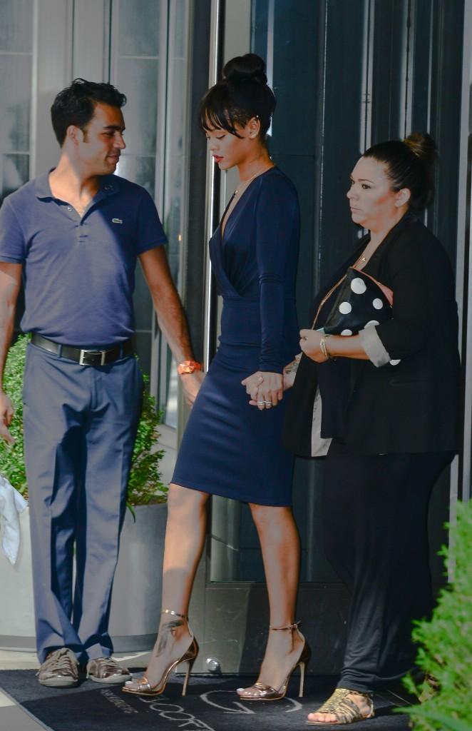 Rihanna quitte son hôtel pour se rendre aux obsèques...