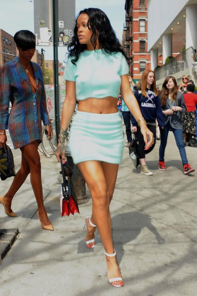 Photos : Rihanna : une beauté acidulée et haute en couleurs alors qu'elle se fait traîner en justice !