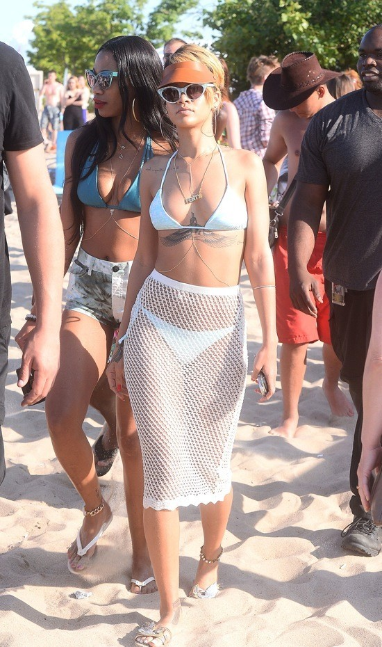 Photos : Rihanna : une divine naïade qui prend du bon temps sur une plage polonaise !