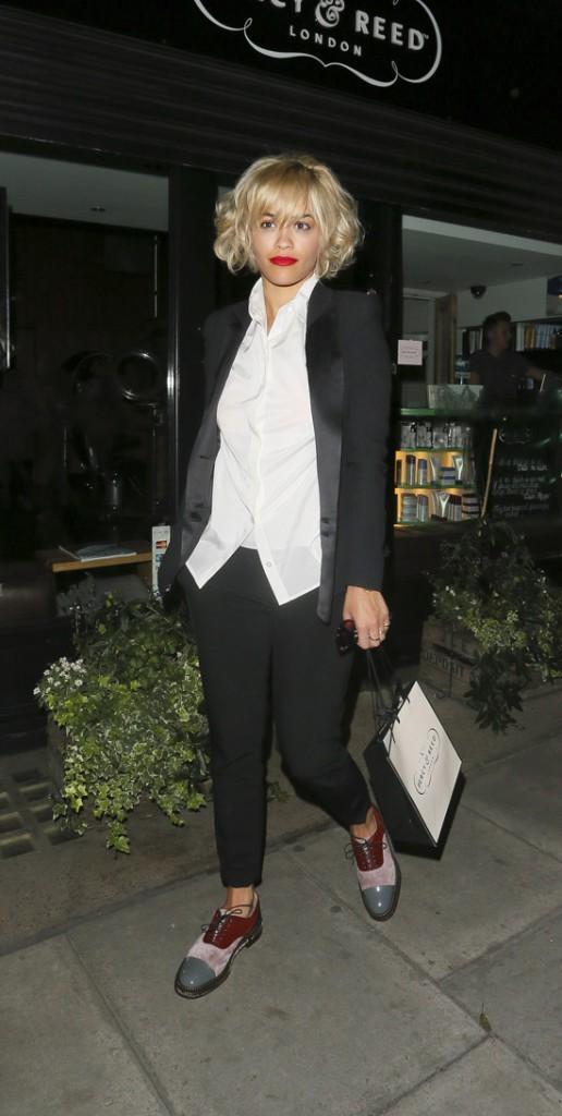 Rita Ora à la sortie du salon de coiffure Percy And Reed Hairdressers de Londres le 8 août 2013
