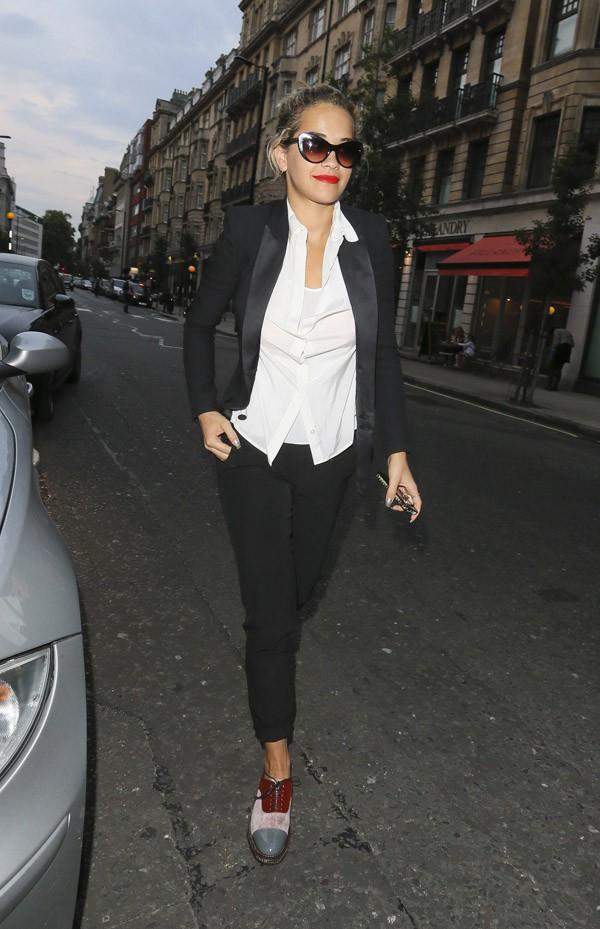 Rita Ora à son arrivée au salon de coiffure Percy And Reed Hairdressers de Londres le 8 août 2013