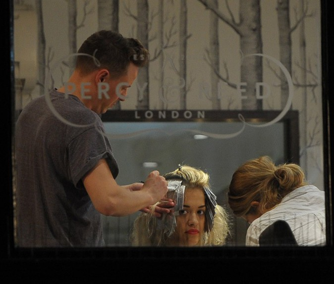 Rita Ora dans le salon de coiffure Percy And Reed Hairdressers de Londres le 8 août 2013
