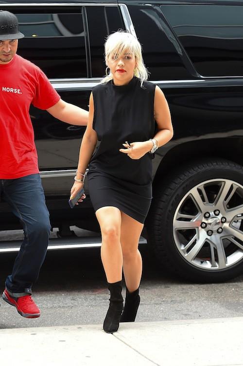 Photos : Rita Ora affolante avec son side boob et transformée dans le clip de Poison !
