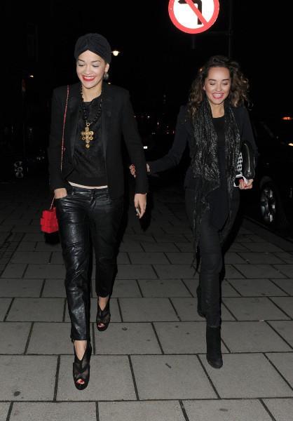 Rita Ora et sa soeur Elena à Londres, le 27 novembre 2013.