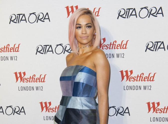 Photos : Rita Ora : elle passe au rose pour fêter Noël bien en avance !