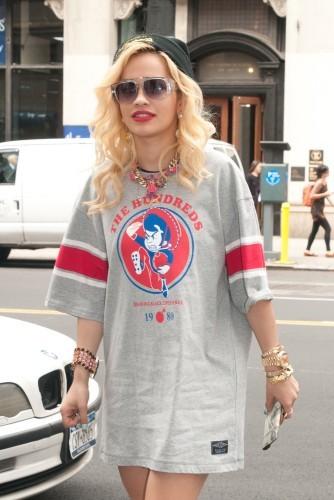 Rita Ora a opté pour le look streetwear