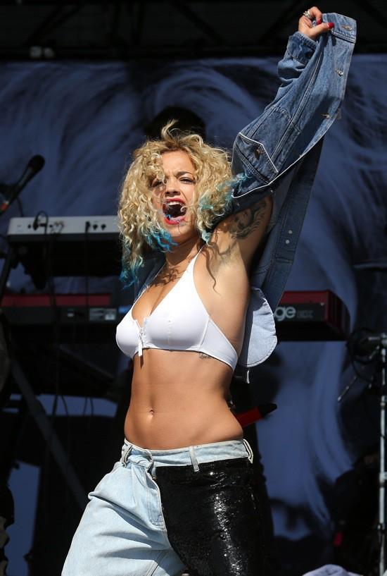 Photos : Rita Ora : en soutien-gorge et pointes de cheveux bleues électriques...elle se la joue ultra-sexy !